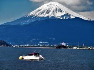 淡島に浮かぶシャイニー丸と白妙の富士